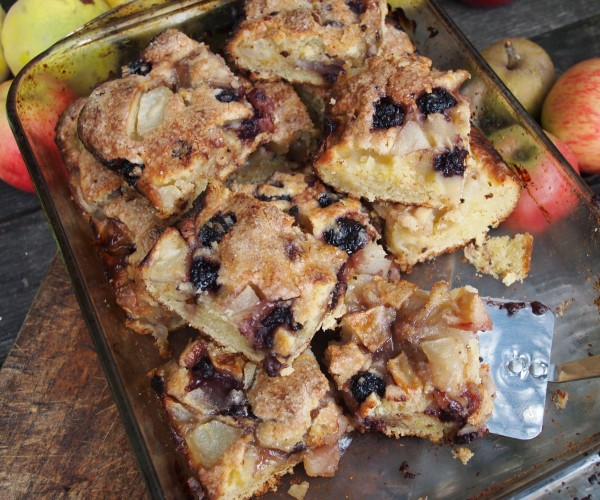Taste the Season with British Apples and Pears: Apple, Bramble & Pear Tray Bake Recipe