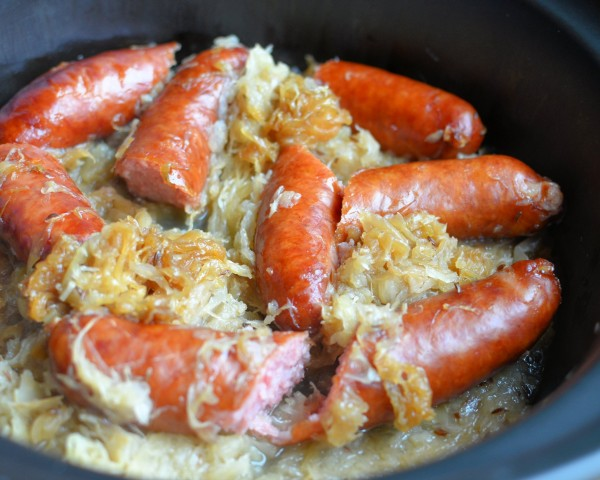 Midweek Slow Cooker Comfort Meal: Polish Sausage and Sauerkraut Casserole with Beer
